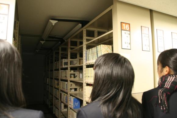 県立図書館を見学する生徒たち