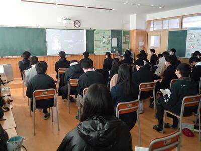 教室での視聴の様子