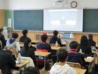 配信映像を見る生徒たち